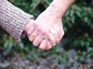 hold-hands-2159694__340.jpg